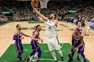 Mirotic anota una canasta con los Bucks en una imagen de esta temporada
