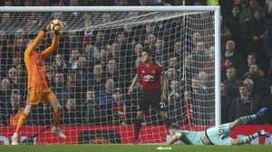 Mustafi (Arsenal), en el césped, observa como se le escapa el balón a De Gea y como Ander Herrera tratará, sin lograrlo, sacar el balón de dentro de sus redes.