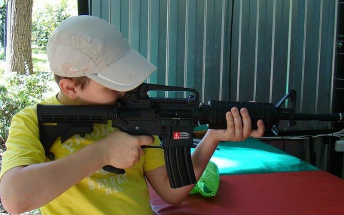 Un niño con un rifle en los Estados Unidos.