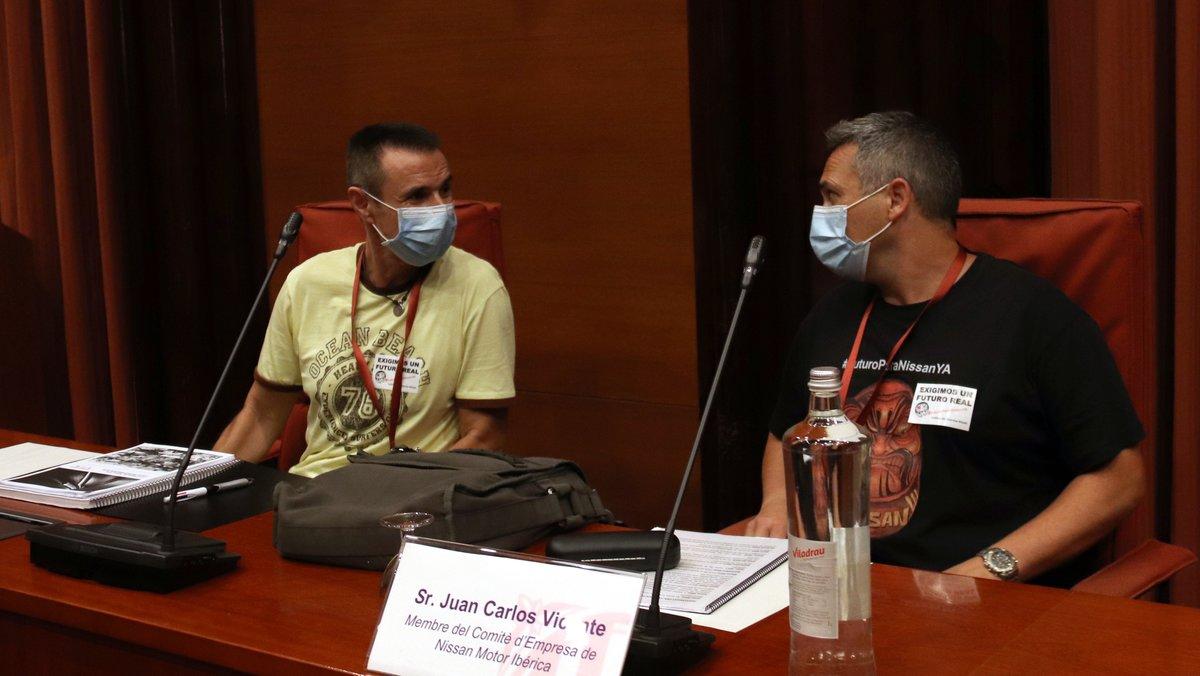 Los representantes del comité de empresa de Nissan, Miguel Ruiz (izquierda) y Juan Carlos Vicente (derecha), en el Parlament de Catalunya.