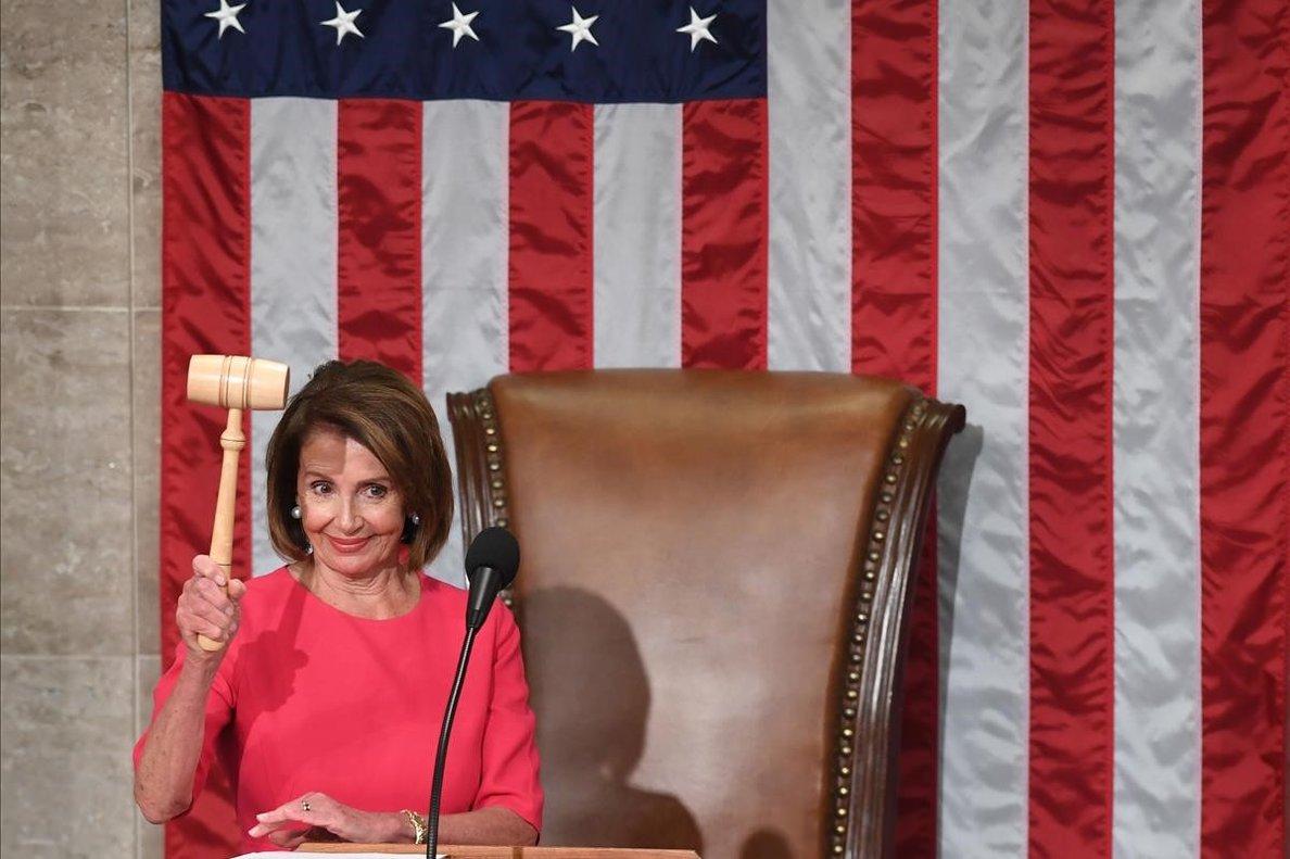 La nueva presidenta de la Cámara de Representantes de Estados Unidos, Nancy Pelosi, con el mazo durante la sesión de apertura del 116° Congreso en el Capitolio en Washington.
