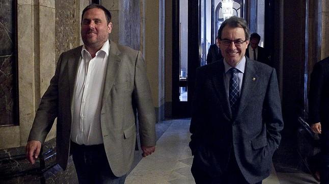 Oriol Junqueras y Artur Mas, en los pasillos del Parlament.