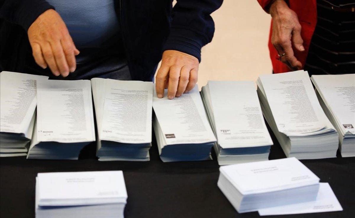 Papeletas electorales en el centro cívico La Sedeta de Barcelona.