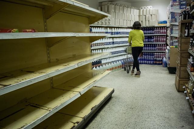 Una mujer compra en un supermercadoen Caracas (Venezuela).