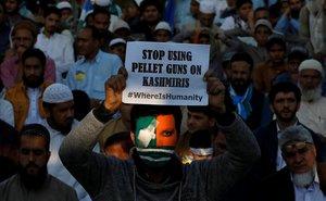 Un partidario del partido político y religioso Jamaat-e-Islami, con su rostro pintado con los colores de la bandera de Cachemira, sostiene un cartel mientras participa en un mitin para conmemorar el Día de la Solidaridad con Cachemira, en Karachi (Pakistán).