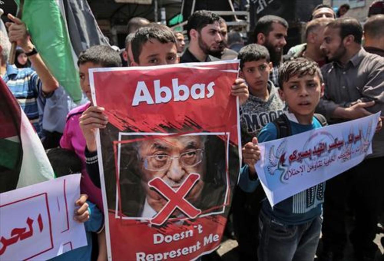 Partidarios de Hamás protestan contra Abbás, ayer, en Rafah contra una década de bloqueo israelí.