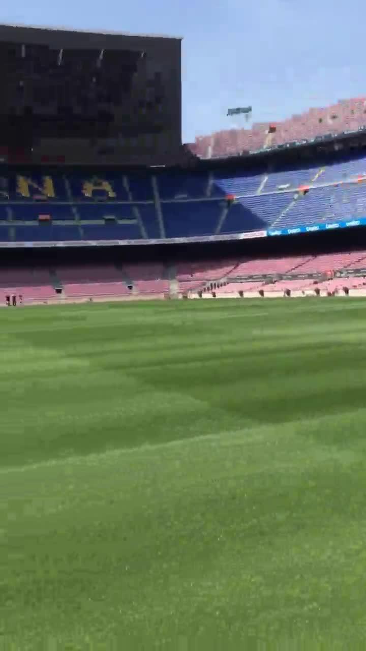 Pinto en el Camp Nou, a pie de campo, camino a fotografiarse junto a los títulos