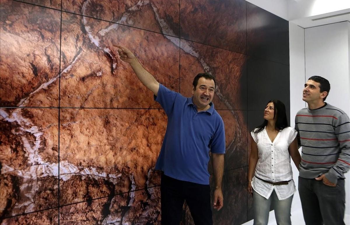Javier Busselo, Olivia Rivero y Diego Garate en lapresentación delos hallazgos arqueológicos.