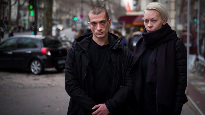 El artista ruso Piotr Pavlenski y su esposa Oksana Chaliguina.