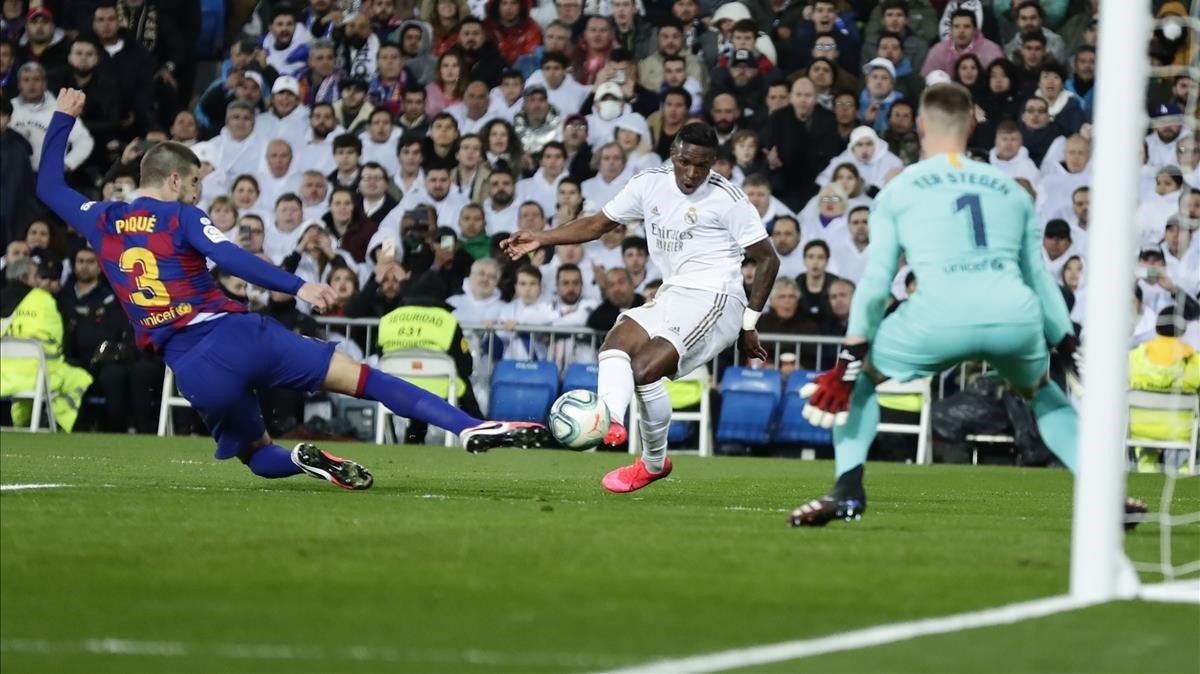 Piqué desvía involuntariamente el disparo de Vinicius que despistó a Ter Stegen en el 1-0 del Madrid.