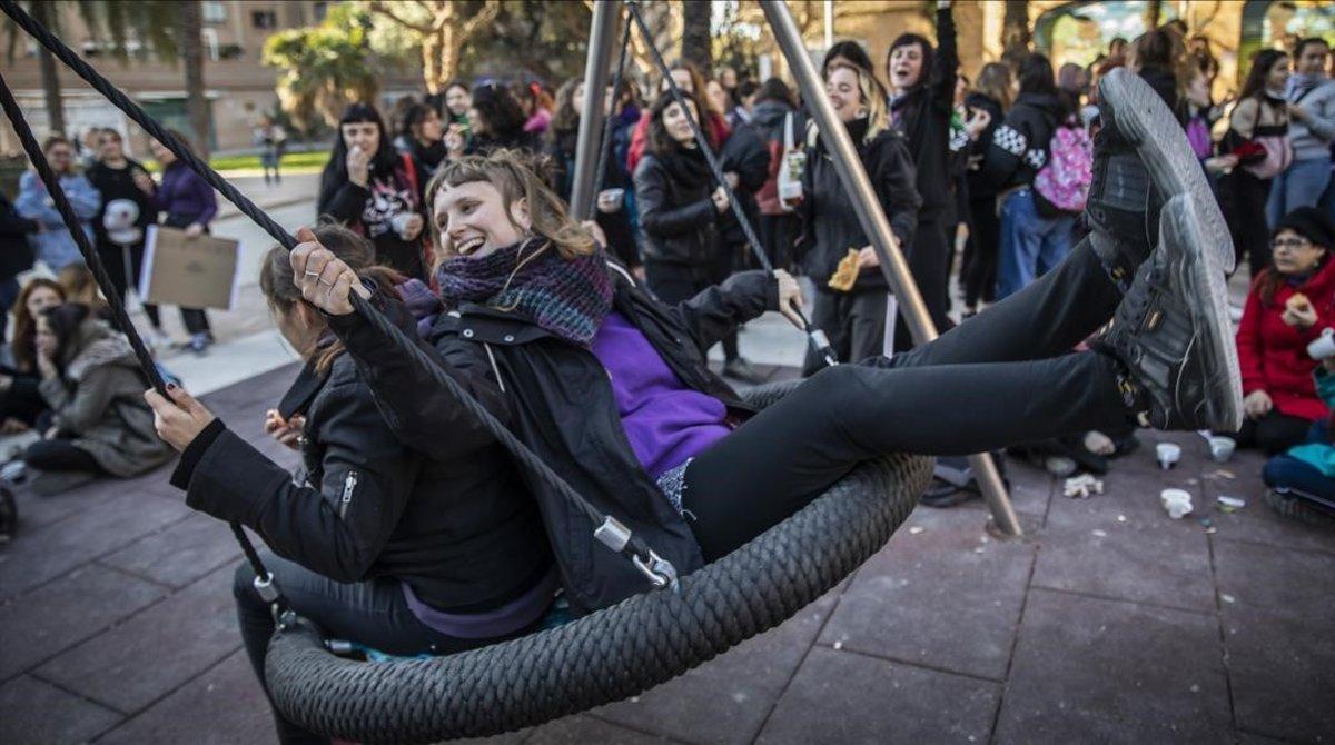 Un piquete en Benimaclet, Valencia, durante la huelga feminista del 8M.