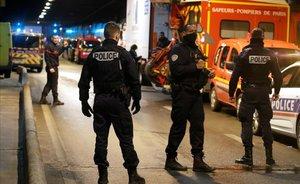 La policía francesa asegura la zona de La Defense, en París, donde agentes abatieron a un hombre que les amenazó con un cuchillo.