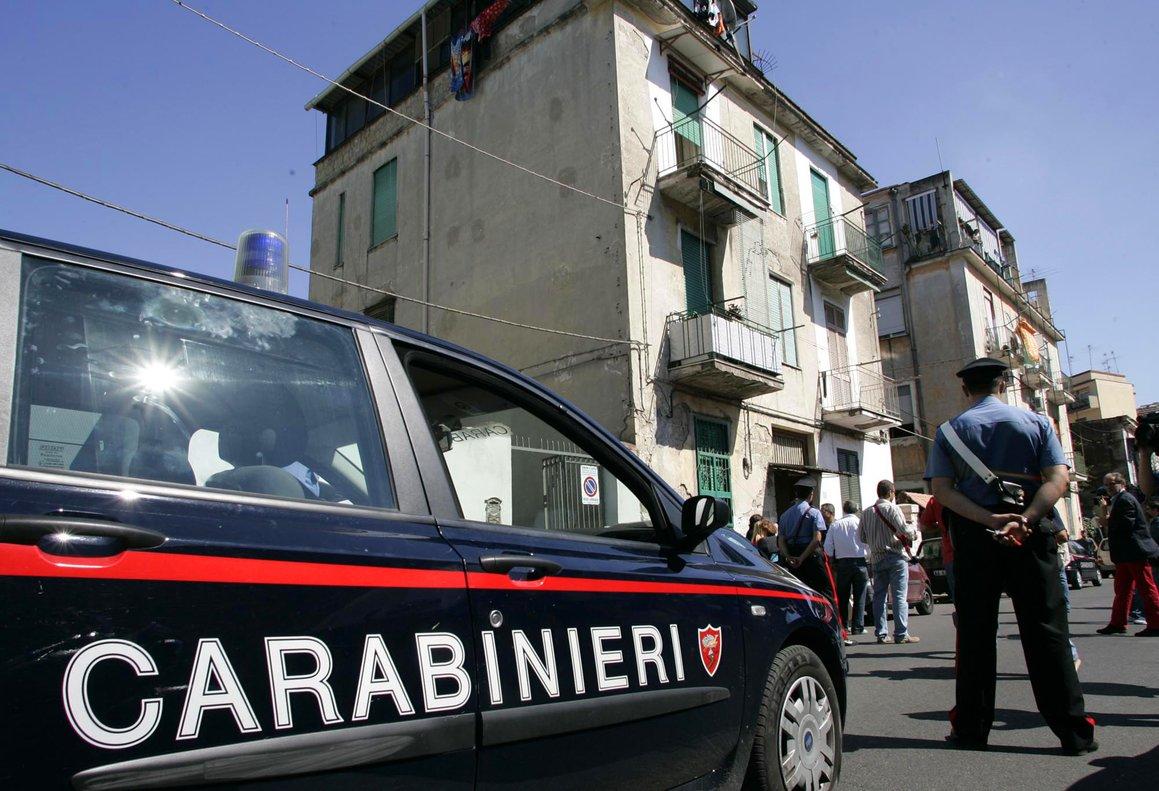 Un policía italiano, en una calle de Nápoles.