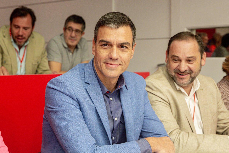 28/09/2019 El presidente del Gobierno en funciones, Pedro Sánchez, junto al ministro de Fomento en Funciones, José Luis Ãbalos, en la reunión del Comité Federal del PSOE, en Madrid (España) el 28 de septiembre de 2019.
