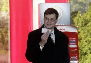 El primer ministro de Letonia, Valdis Dombrovskis, muestra el primer billete de 10 euros, este miércoles en Riga.