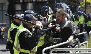 Protesta cerca del Parlamento en Londrespor la brutalidad policial en EEUU.