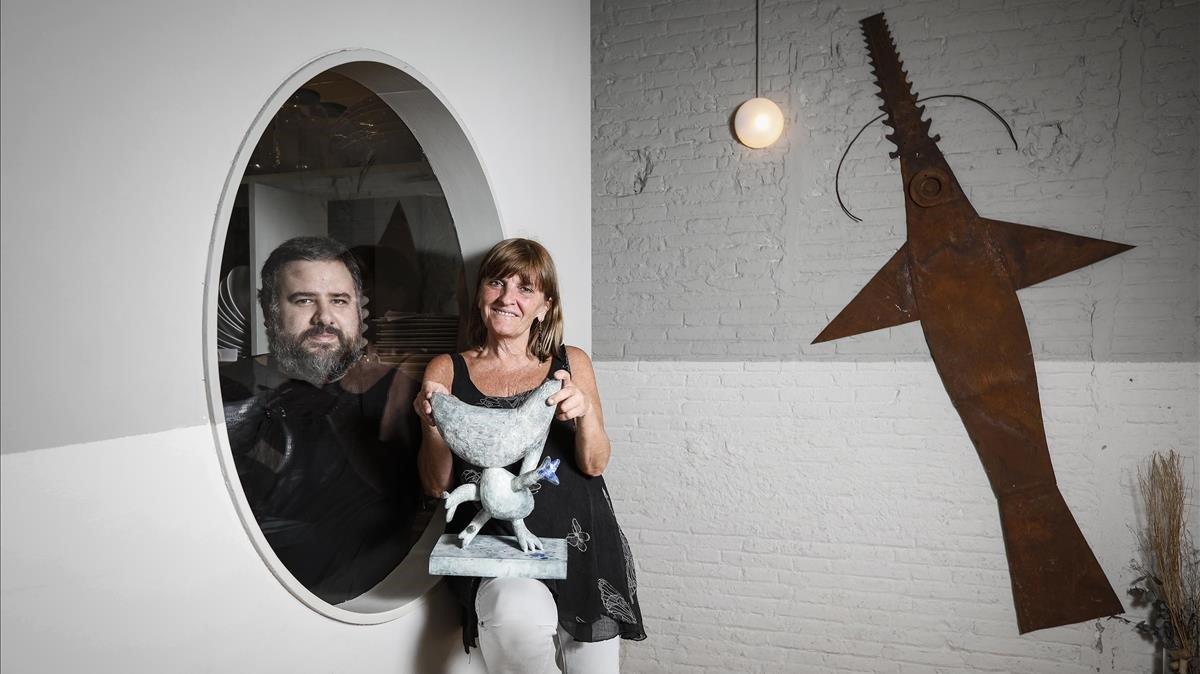 Pere Carrió, en la cocina, y Jo Mestres, en la sala, propietarios del restaurante Gat Blau.