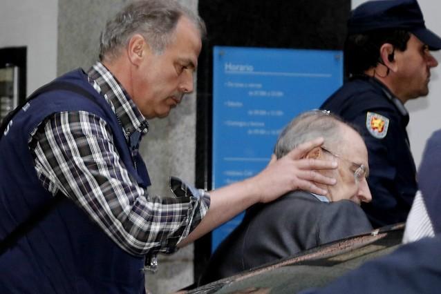Rodrigo Rato ha sortit del seu domicili del centre de Madrid poc després de les 20.15 hores sense emmanillar i amb els agents de lAgència Tributària.