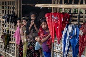 Niñas rohingya en el campo de refugiados de Kutupalong, en Cox's Bazar.