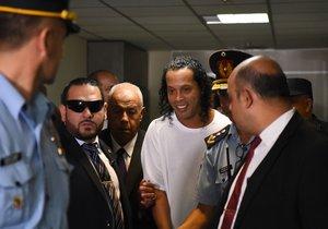 Ronaldinho y su hermano Roberto había exhibido documentos paraguayos de identidad falsos al arribar el miércoles al aeropuerto internacional de Asunción.