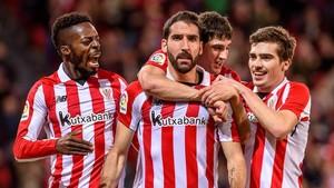 Raúl García, en el centro, celebra un gol con el Athletic.