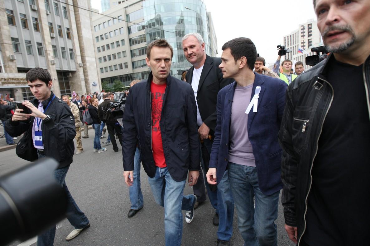 Alexei Navalny, a la izquierda, habla con el líder de la oposición Ilya Yashin durante las protestas de este domingo en las calles de Moscú.