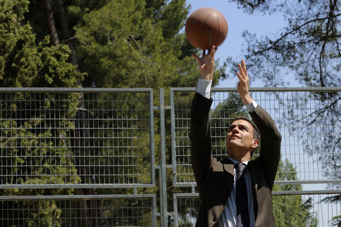 Pedro Sánchez demuestra sus habilidades con el baloncesto.