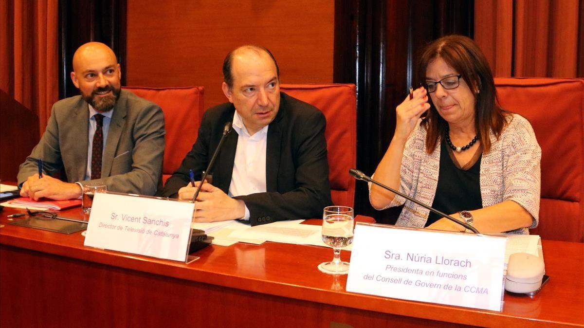 Los directores de Catalunya Ràdio,Saül Gordillo, y de TV-3, Vicent Sanchis, y la presidenta de la CCMA,Núria Llorach, en el Parlament