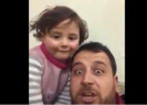 VÍDEO Un pare sirià simula davant de la seva filla que les bombes són un joc