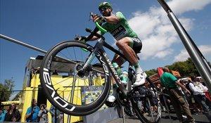 Peter Sagan exhibe los frenos de la bici, en la salida de la décima etapa, el lunes, en Saint Flour.