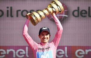 Richard Carapaz, en junio, con el trofeo como ganador del Giro.