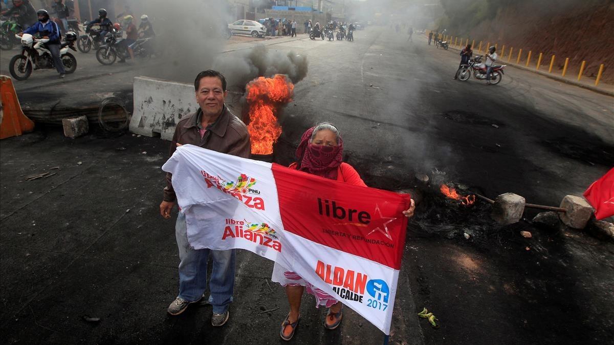 Seguidores de Nasralla frente a una barricada en una carretera, durante una protesta en Tegucigalpa, el 1 de diciembre.