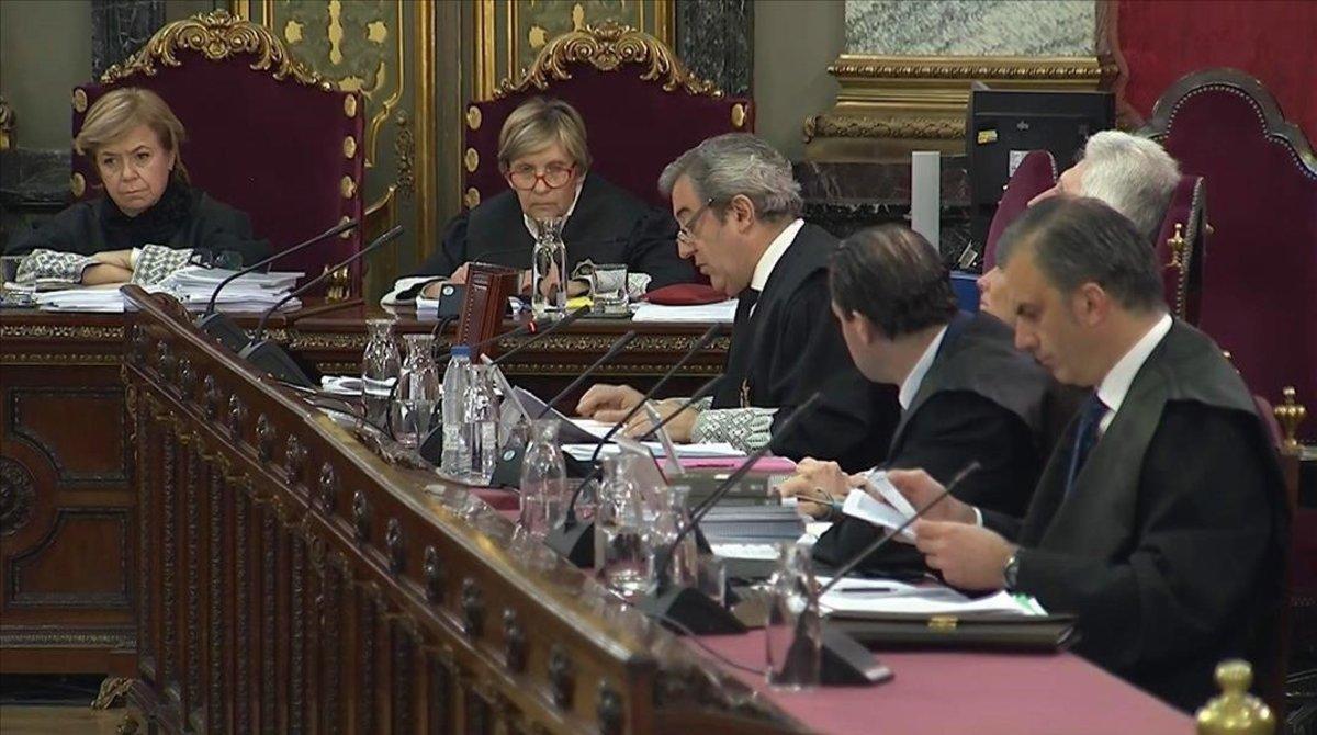 Los fiscales Javier Zaragoza y Fidel Cadena, junto al vicesecretario jurídico de Vox, Pedro Fernández, y el secretario general del partido, Javier Ortega Smith, durante la segunda jornada del juicio del procés en el Tribunal Supremo.