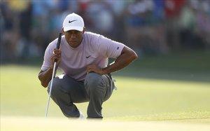 Tiger Woods observa una línea de putt en la tercera jornada