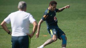 Tite observa a Neymar en un entrenamiento de la selección brasileña en Granja Comary.