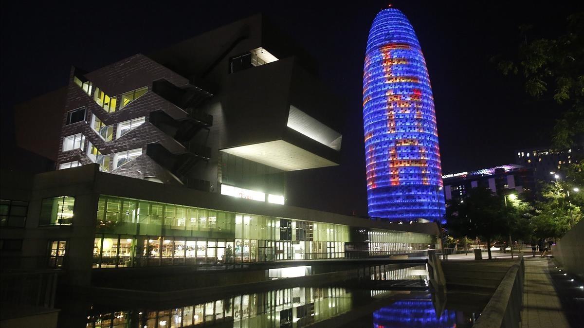 La torre Agbar, il·luminada per recolzar la candidatura de l'Agència Europea del Medicament