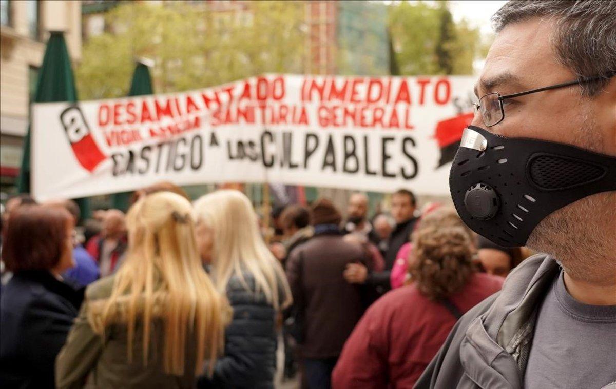 Trabajadores de Metro de Madrid se manifiestan en las puertas de los juzgados donde se celebra el juicio contra el suburbano.