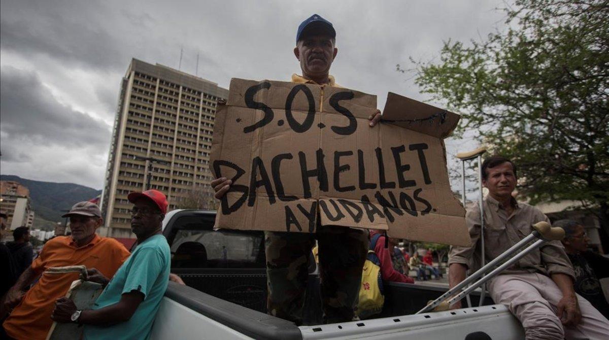 Trabajadores petroleros se manifiestan en Caracas y piden ver a Bachelet.