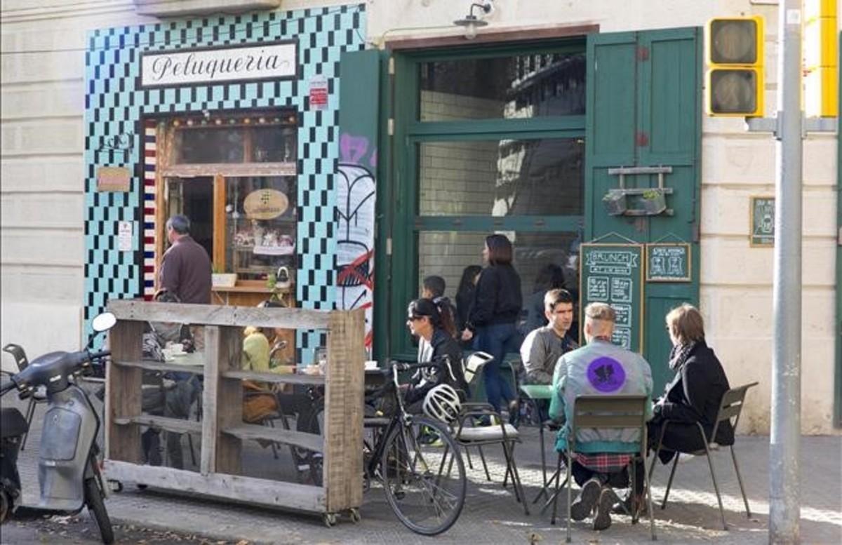 La pequeña pastelería Zuckerhaus, de la calle Parlament, respeta los azulejos originales de la fachada de una antigua peluquería.