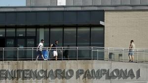 Tres de los integrantes de La manada saliendo de prisión.