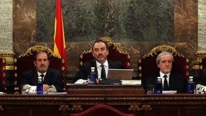 Elmagistrado Manuel Marchena junto a los jueces Andres Martinez Arreietay Juan Ramon Berdugoen el Tribunal Supremo.