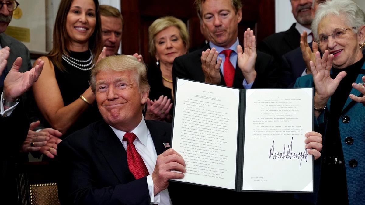 Trump, sonriente, tras firmar una orden ejecutiva contra el Obamacare, el pasado 12 de octubre.