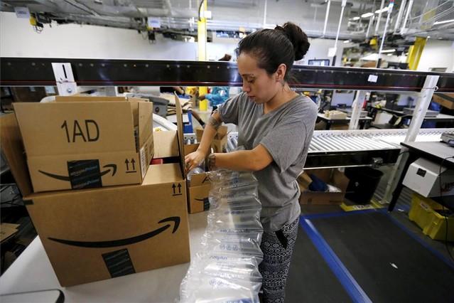 Una empleada de Amazon prepara un pedido