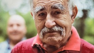Una imagen del documental Mudar la piel, con Juan Gutiérrez y Roberto Flórez, al fondo.
