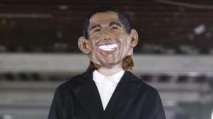 Una modelo con la máscara de Barack Obama.