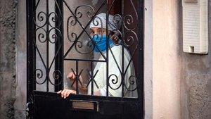 Una mujer marroquí protegida por mascarilla en la localidad de Safi.