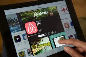 Una mujer navega por la página de Airbnb en una tablet, en Berlín.