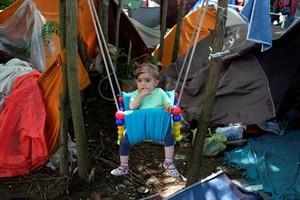 Una niña afgana, en un campo de refugiados en Horgos (Serbia).