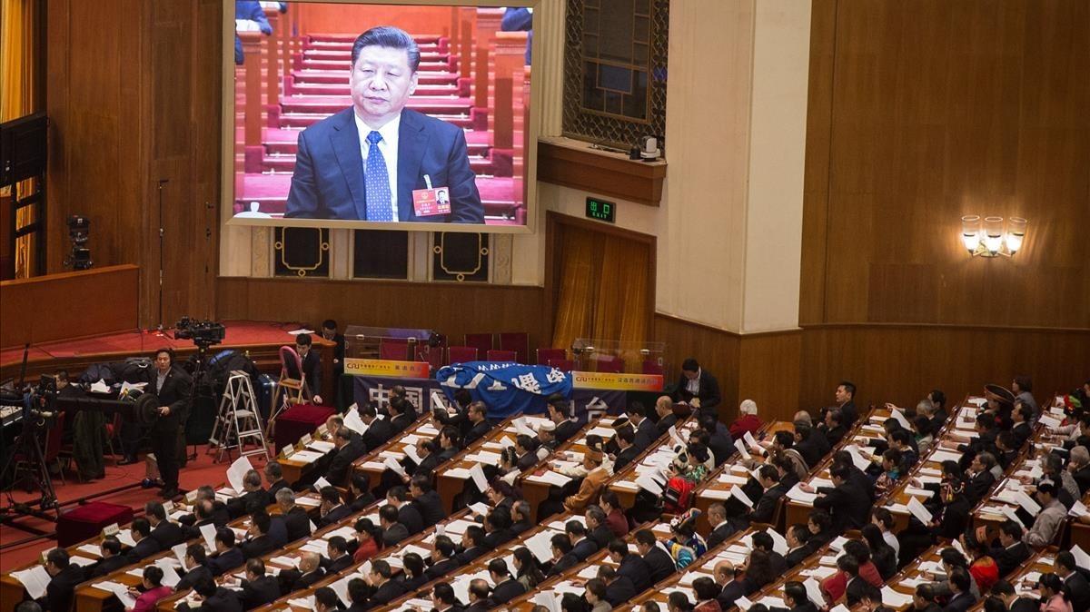 Una pantalla gigante muestra al presidente Xi Jinping durante la cuarta sesión plenaria de la XIII Asamblea Nacional Popular china, en el Gran Palacio del Pueblo, en Pekín, el 13 de marzo.