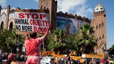 Aficionats i antitaurins es van manifestar diumenge passat al davant de la Monumental.